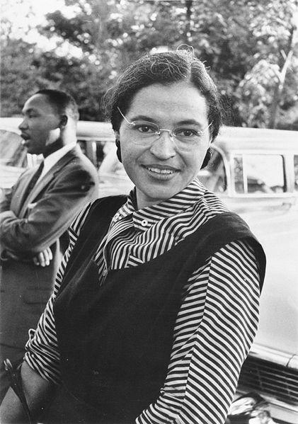 Rosa Parks em 1955. Ao fundo, Martin Luther King